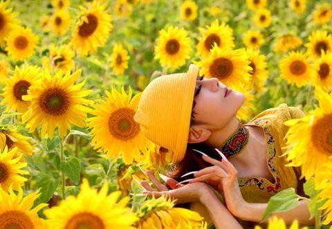 62岁杨丽萍罕晒近照,白色长指甲抢镜十足,满满的夏日气息
