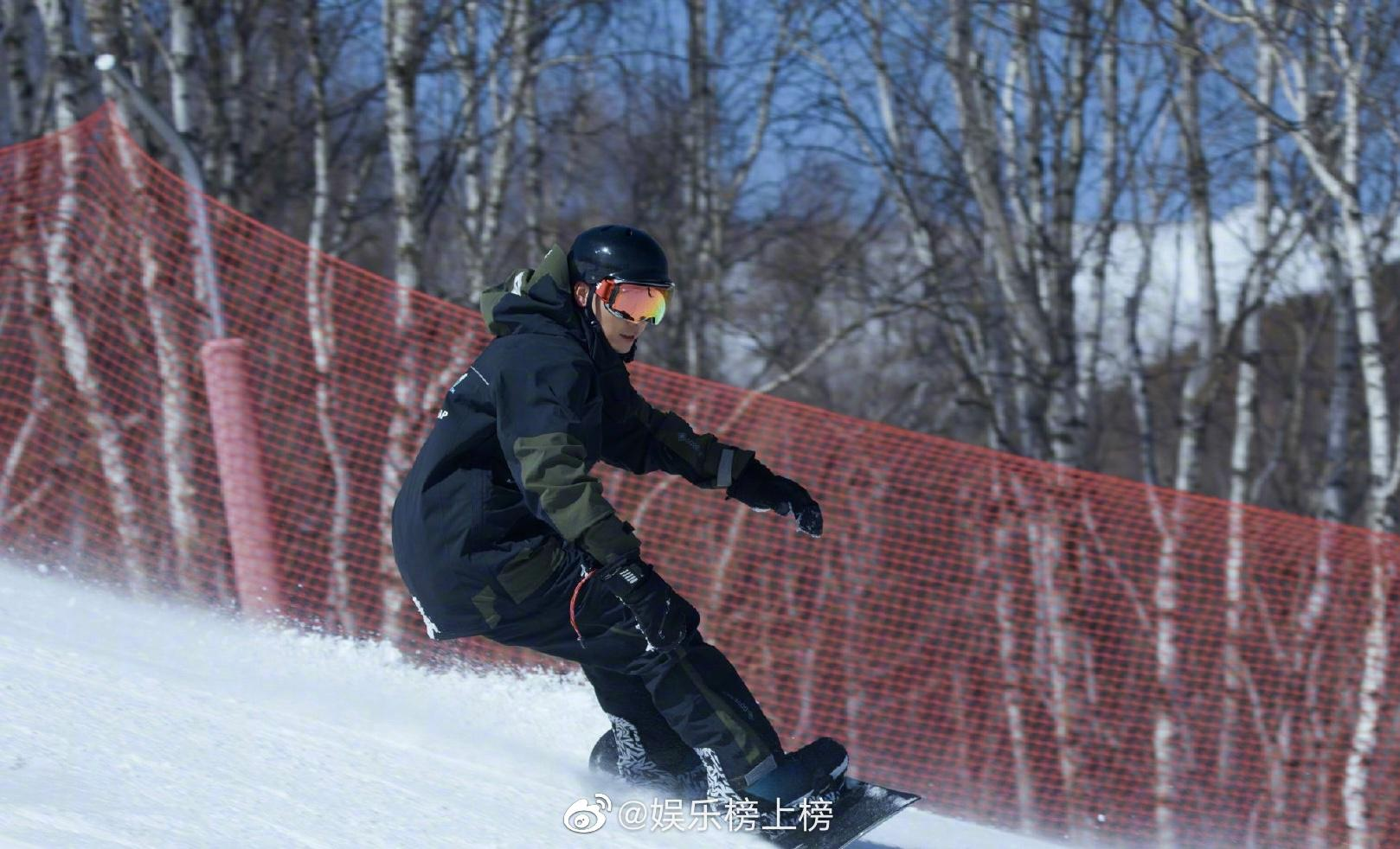 运动达人陈伟霆冬天滑雪夏天划水……