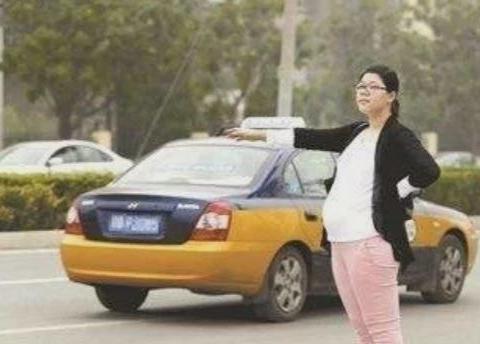 孕妇忘带钱,被司机免费送到家,下车后手机忘车上,谁料司机被救
