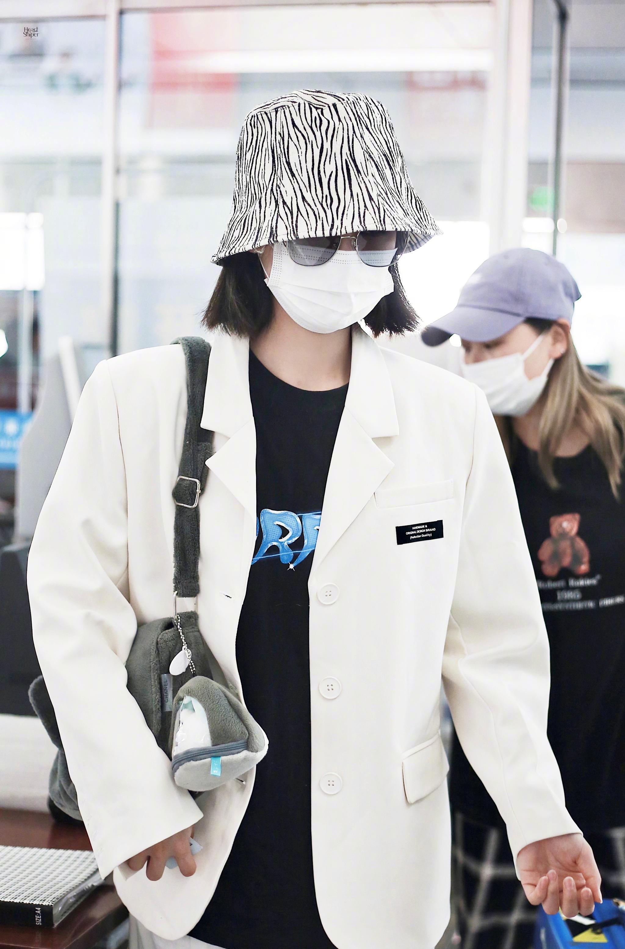 许佳琪义乌✈️北京饭拍 渔夫帽+白色西装,靓女出街,好!