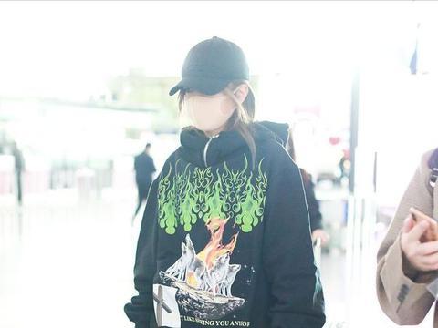 """赵薇穿绿色风衣遮挡住好身材,看着有点""""熊"""",和路人没什么两样"""
