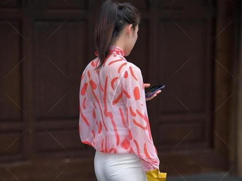 粉印花网纱与白色吊带搭配,吊带过于暴露,只穿一个网纱罩即可