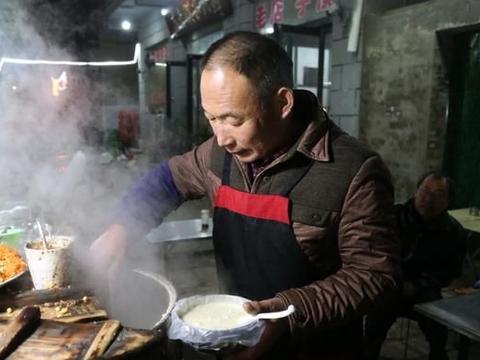 河南大叔卖豆腐脑,天天拼到凌晨1点,为弥补儿子结婚没房的遗憾