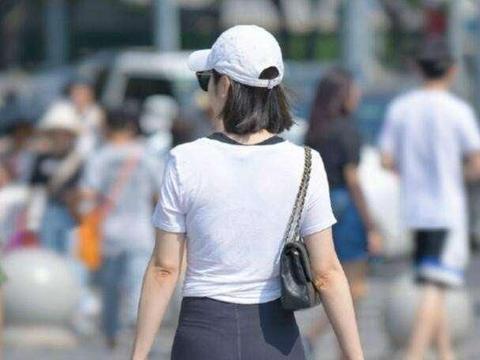 黑色打底裤搭配白色上衣,打造不一样的风情,纯黑色的简约look