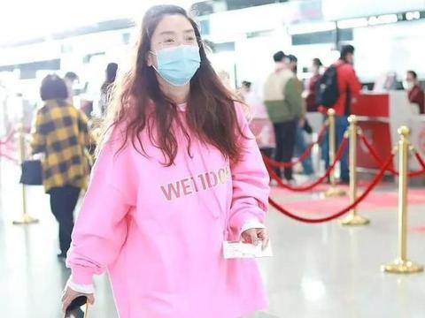 穿粉色卫衣娇俏可人,无惧素颜比台上更美