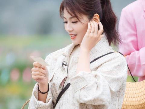 刘涛带妻子团摘草莓,穿小香风外套斜挎包包打扮时髦,不像阿姨辈