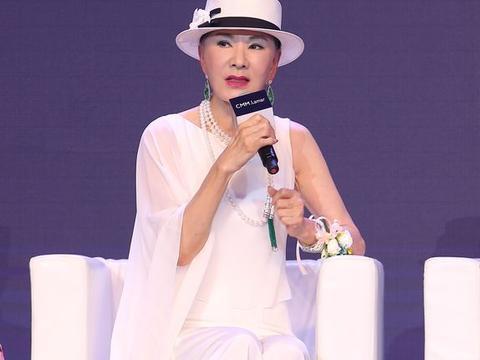 夏台凤71还这么漂亮,染金发穿羽毛裙去时装周,比年轻人还时尚!
