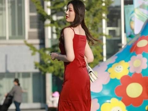 深红色吊带连衣裙,与银色高跟鞋搭配,身着迷人优雅气质