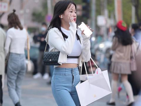 牛仔裤穿的人多,时尚姑娘会注意款式和身材相结合,还要注意细节