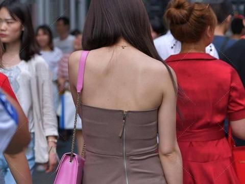 卡其色修身裙子,一字肩设计,更显清凉舒适