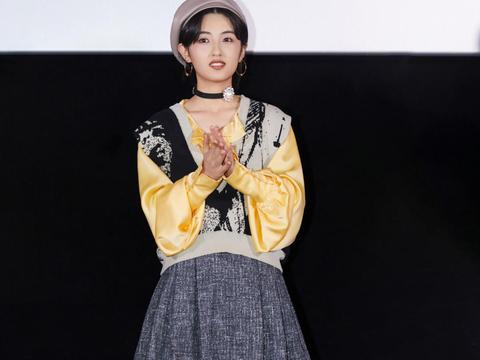 张子枫小个子穿搭教个书,缎面衬衫搭配一件背心,少女气息满满