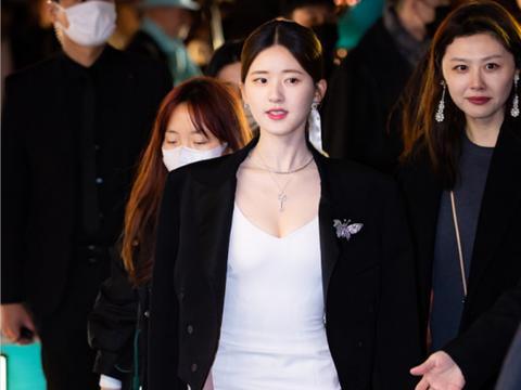 感觉赵露思也不那么青涩了,尤其是穿西装配白裙,女人味十足超美