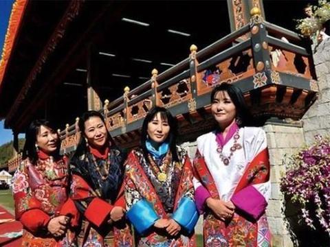 不丹老国王和儿子站一起像兄弟,娶4个亲姐妹,生下5朵雪域金花