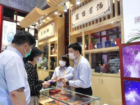 引领中国珠宝消费升级 首届消博会菜百首饰大放异彩