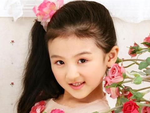 她6岁被成龙抱上春晚,14岁因长相被吐槽,如今20岁容貌判若两人