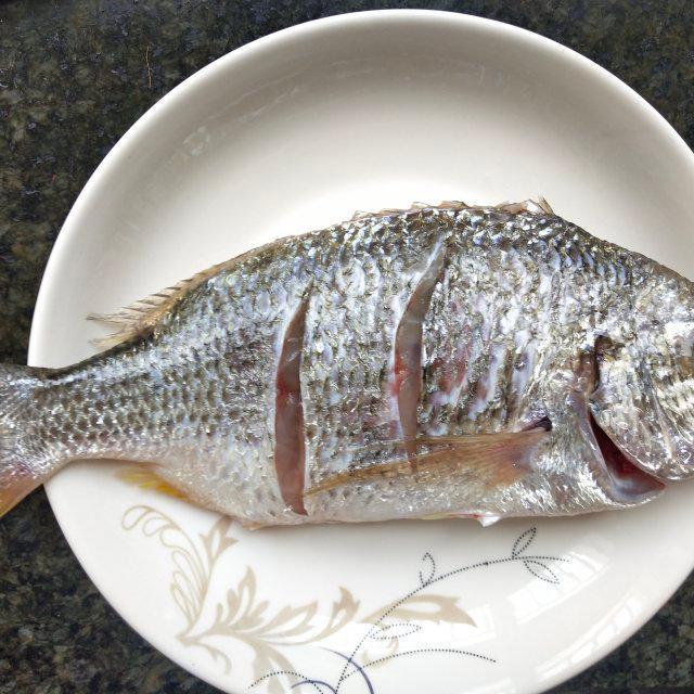红烧海鲫鱼,海鲫鱼外皮酥脆入味,非常下饭