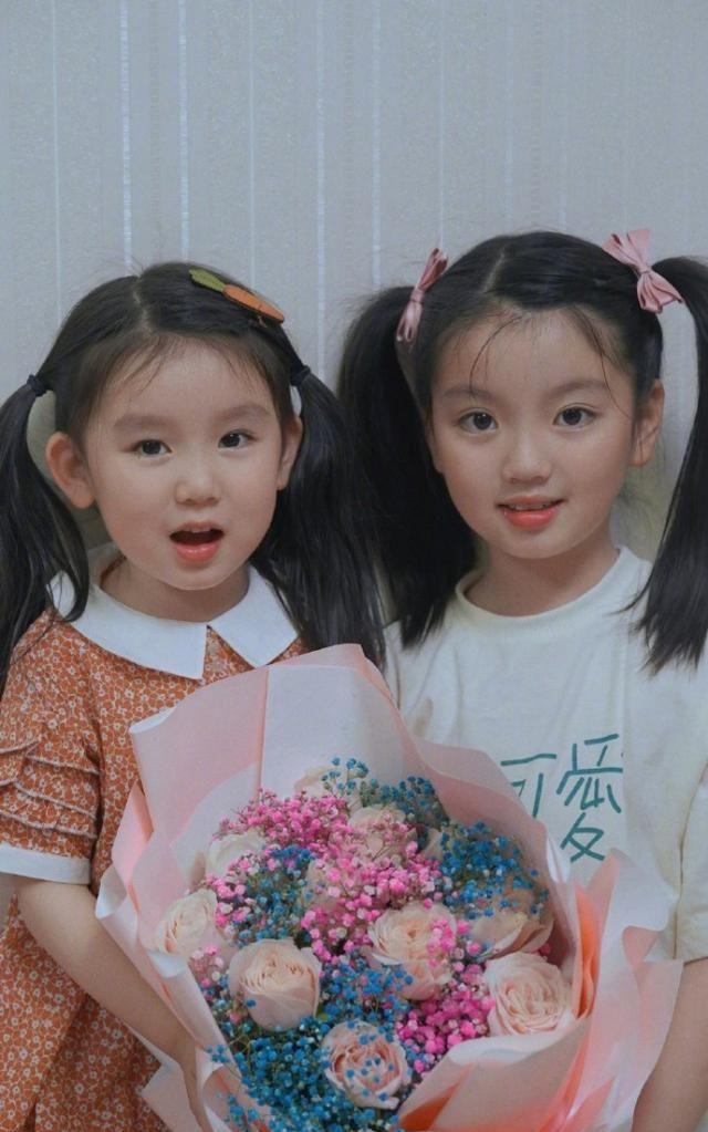 阿拉蕾晒照为妈妈庆祝母亲节,姐妹俩一个模样,手绘贺卡超感人