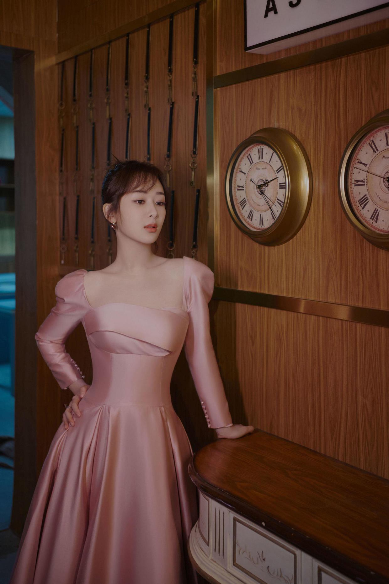 """杨紫终于不穿""""一字肩"""",一袭法式方领连衣裙复古优雅,温柔俏皮"""