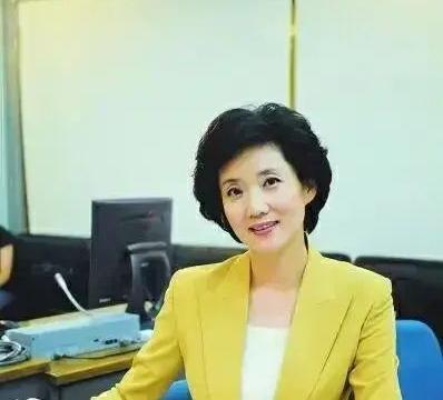 58岁央视主播李修平罕见露面,不惧素颜衣着简朴,台上台下差距大