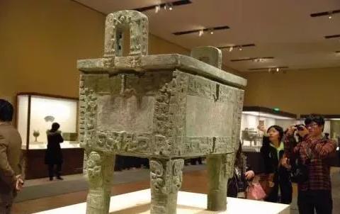 他从祖坟挖出的青铜器,古董商给20万大洋没卖,如今成镇国之宝