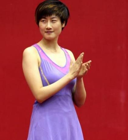 乒乓球运动员丁宁,穿露肩裙比赛你见过吗?大长腿让人羡慕