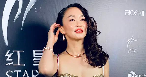 新加坡第一美女范文芳又惊艳了,穿亮钻吊带裙亮相,身材太抓眼球