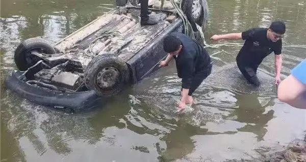 安阳一轿车失控坠河 路过群众合力用绳子拉车救援