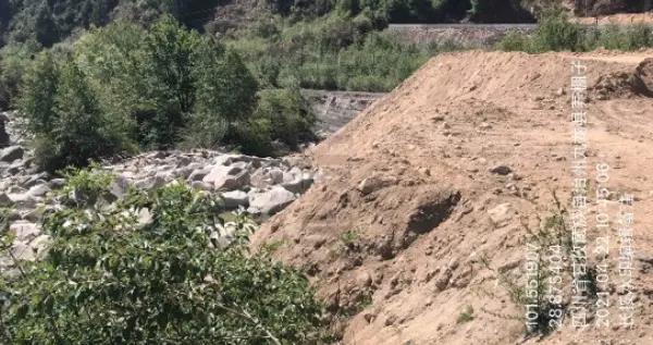 四川甘孜州九龙县建设项目野蛮施工 万方弃渣倾倒入河