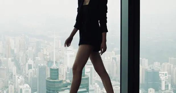 赵露思怪洋气的,穿黑色西装知性干练,身材纤瘦但圆脸很显胖