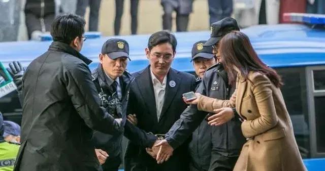青瓦台悲歌:监狱关不住三星太子,文在寅斗不过财阀掌门?