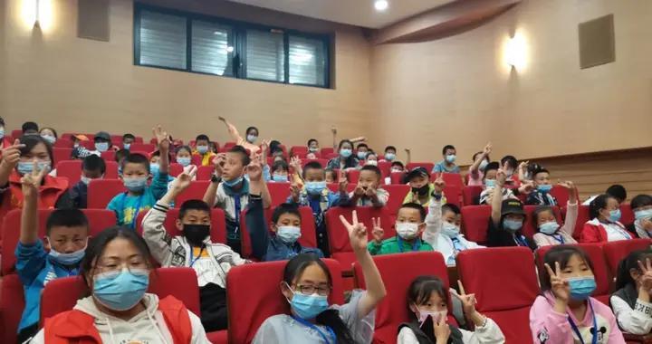 银川:200余名农村青少年走进剧院观看红色主题儿童剧