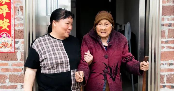 102岁的胡婆婆,越老越像小孩   蓝丝带关爱清远百岁老人