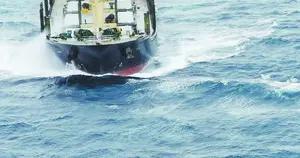 趁大风浓雾交替间隙,东二飞直升机营救受伤船员