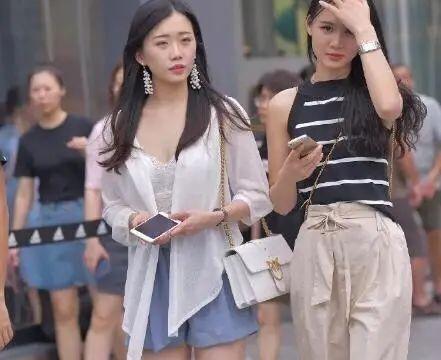 体态娇嫩的小妹妹,白色印花长袖加蓝色短裤,清新的气息扑面而来