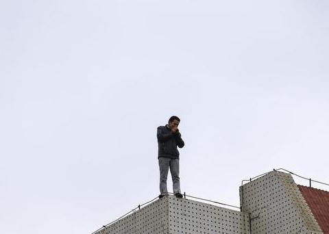 善有善报:男子准备跳楼却担心砸到别人,结果意外捡回了一条命