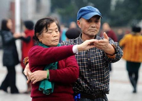 50岁老阿姨进城给子女带娃,最后却因跳广场舞,跳到家破人亡