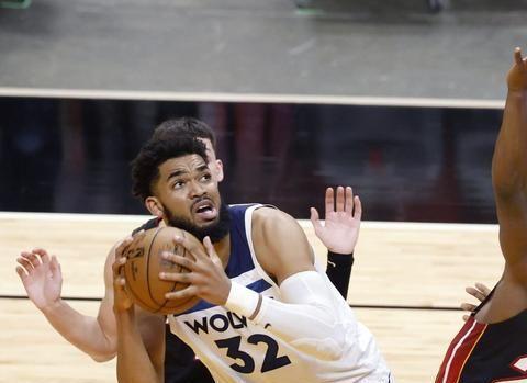 唐斯举起双手躲在一旁让阿德巴约抢走篮板球,巴特勒借此完成暴扣