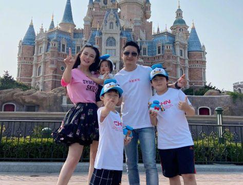 拳王邹市明的三个儿子户籍皆不同,三儿子随母姓,娇妻身材傲人