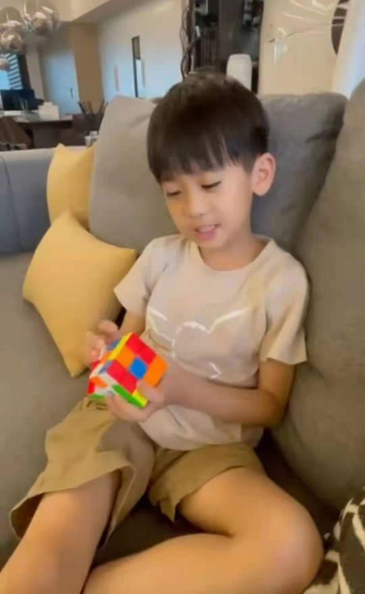 林志颖儿子教转魔方,奶声奶气非常可爱。