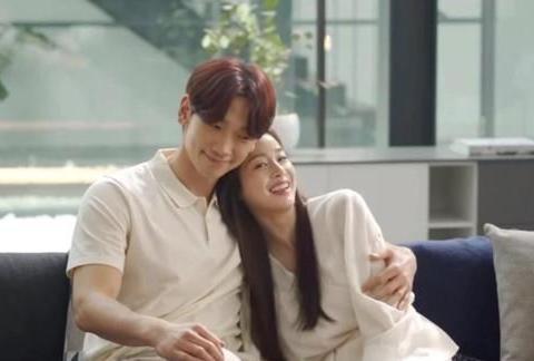 韩国女星金泰熙久违亮相,与丈夫Rain合拍广告,相互依偎甜蜜撒糖