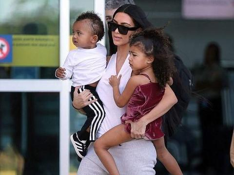 金·卡戴珊生活照:身材姣好,素颜陪儿子出镜,孩子很依赖妈妈