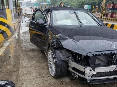 全新奔驰S级首撞 司机开车睡着 车损定价20万