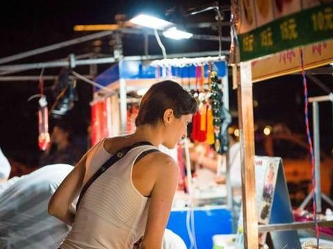 三亚市中心有一座夜市,海鲜肥美椰奶清凉,堪称三亚之魂!