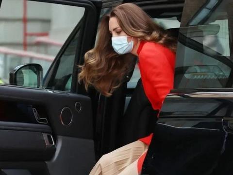 凯特穿红风衣造访皇家医院,蓝血贵族气质高级,变世界时尚风向标