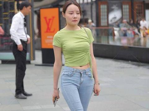 简单大气的牛仔裤,清新时尚的配色,更显时髦洋气