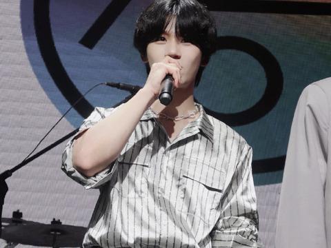 王俊凯和胡宇桐穿同款ONOFFON衬衫,你们更喜欢谁的时尚演绎呢