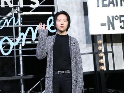 窦靖童终于穿对一次,长款针织开衫内搭一身黑,帅气潇洒又高级!