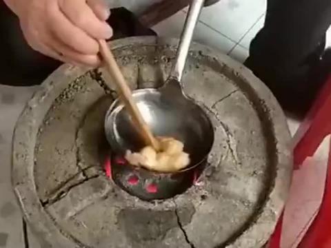 奶奶做蛋饺手艺是一绝,先用棉花蘸油涂抹勺子,这样不容易粘