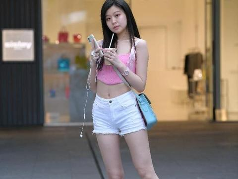 粉色无肩露肚脐上衣搭配白色超短裤,瞬间感觉时尚休闲