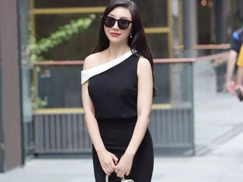 黑色优雅露肩上衣搭配黑色瘦腿打底裤,整体文艺范,清新脱俗感觉